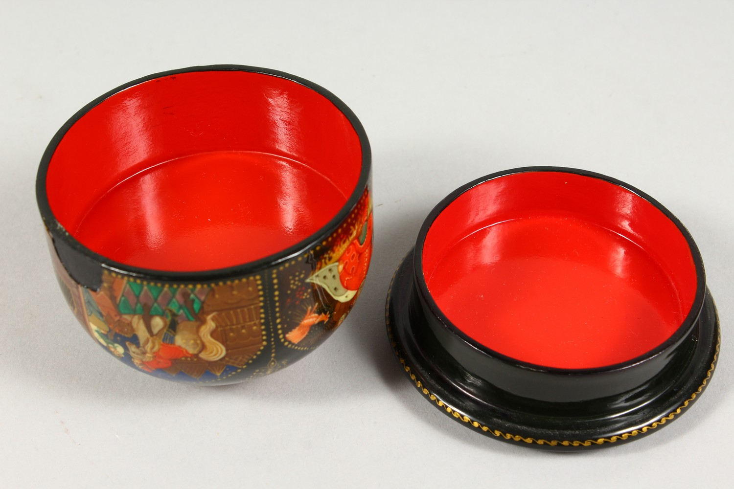 TWO SMALL RUSSIAN CIRCULAR BLACK PAPIER MACHE BOXES AND COVERS. 2.5ins diameter. - Image 12 of 12