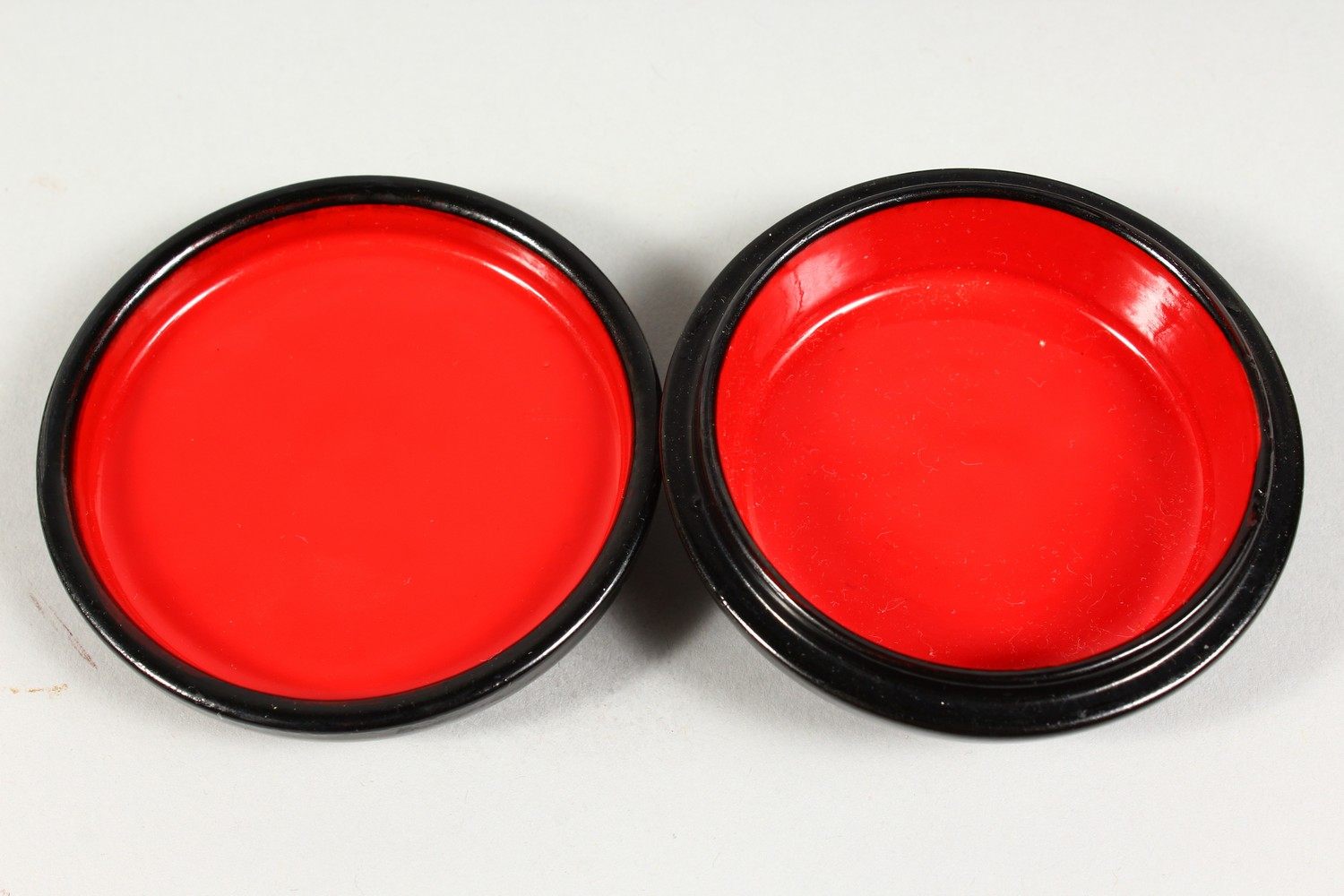 TWO SMALL RUSSIAN CIRCULAR BLACK PAPIER MACHE BOXES AND COVERS. 2.5ins diameter. - Image 4 of 12