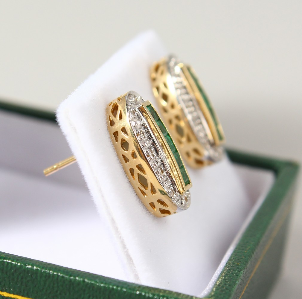 Lot 1783 - A GOOD PAIR OF 9CT GOLD, EMERALD AND DIAMOND DECO STYLE EARRINGS.