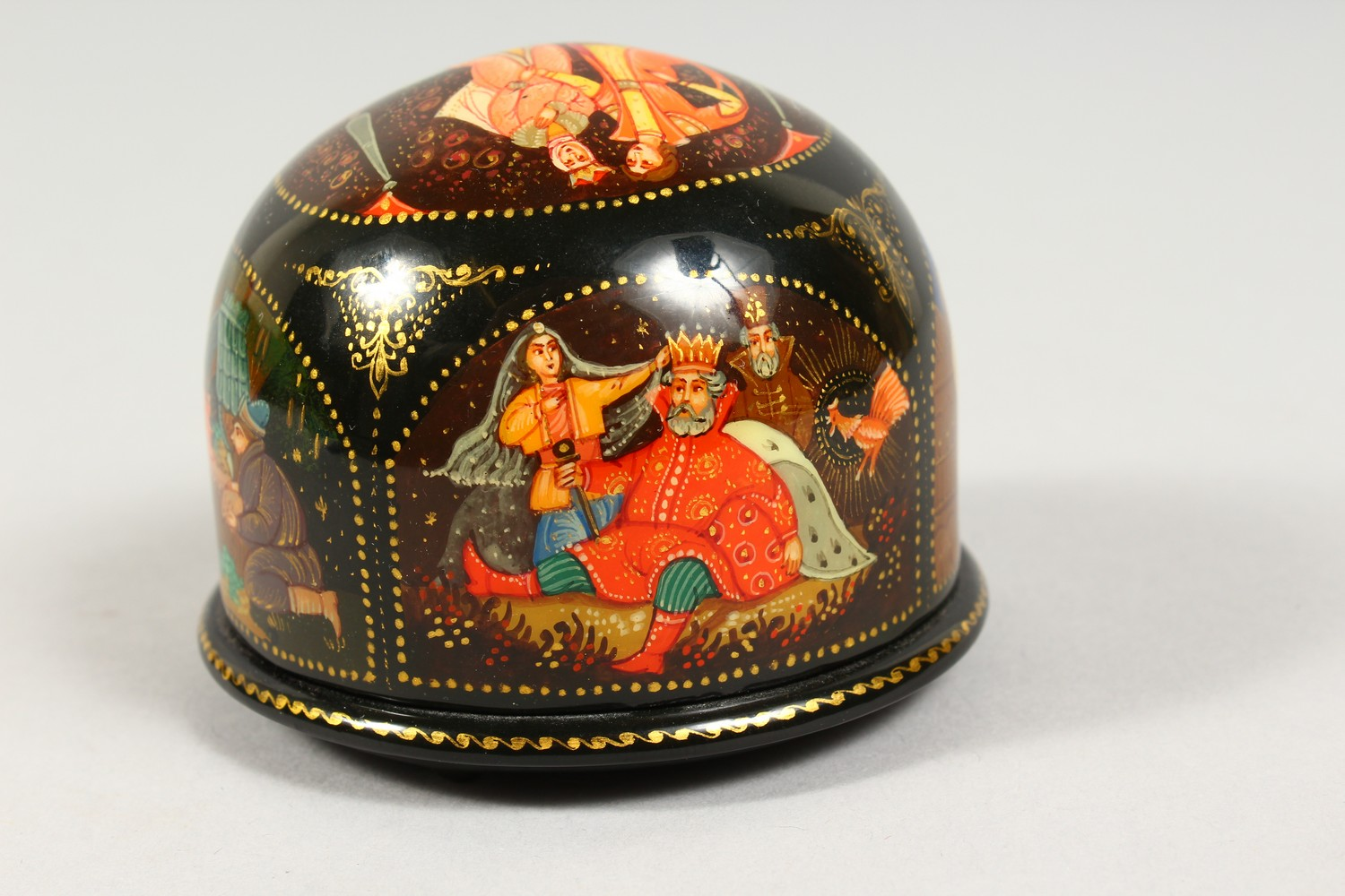 TWO SMALL RUSSIAN CIRCULAR BLACK PAPIER MACHE BOXES AND COVERS. 2.5ins diameter. - Image 9 of 12
