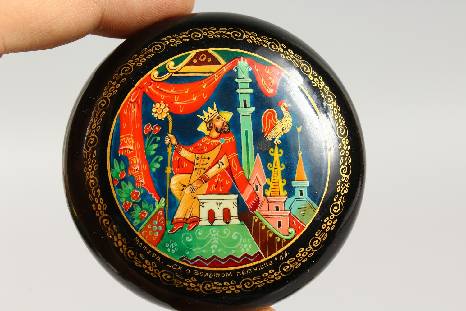 TWO SMALL RUSSIAN CIRCULAR BLACK PAPIER MACHE BOXES AND COVERS. 2.5ins diameter. - Image 3 of 12