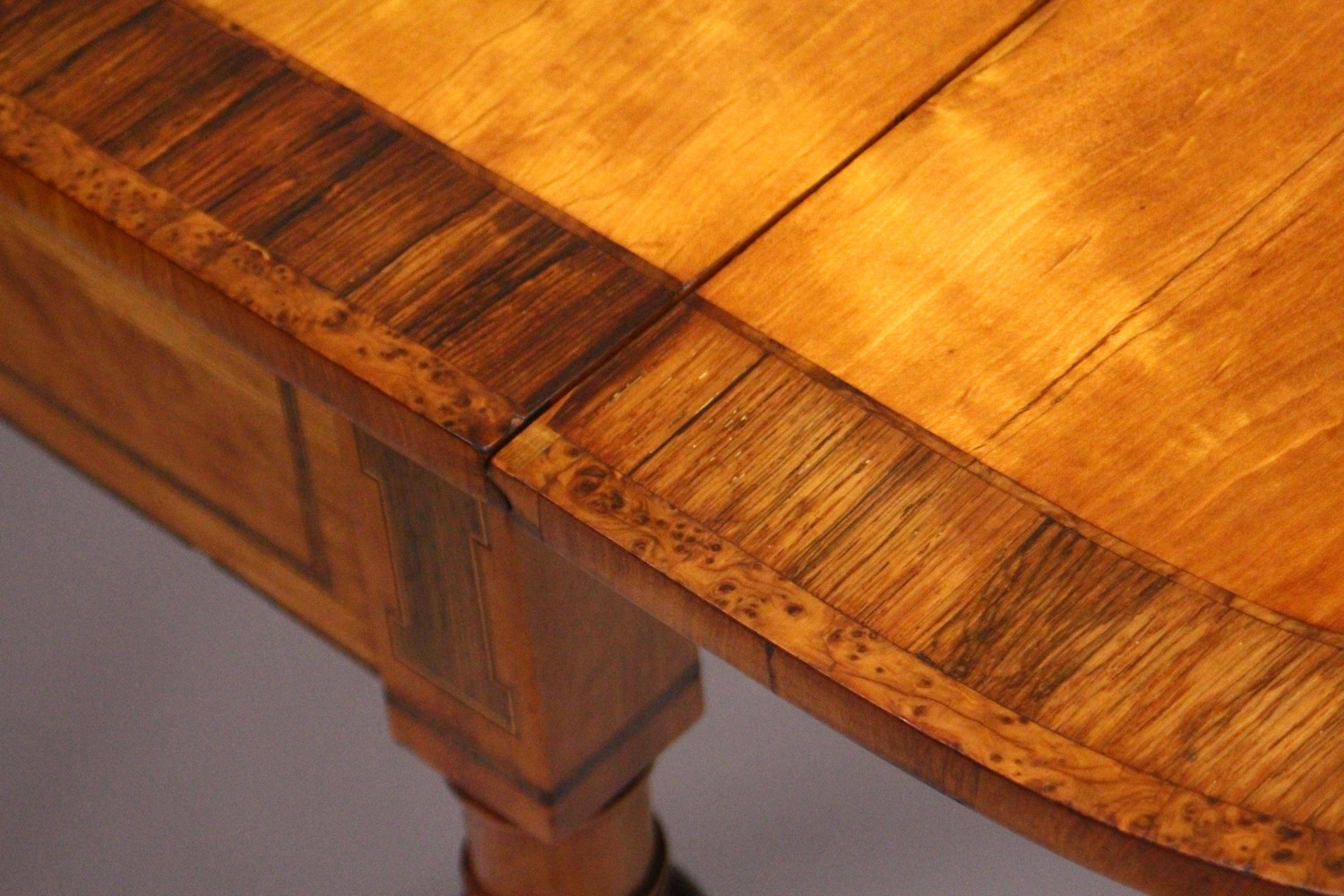 A GOOD EARLY 20TH CENTURY SATINWOOD, ROSEWOOD AND THUYA BANDED PEMBROKE TABLE, with a rounded - Image 17 of 17