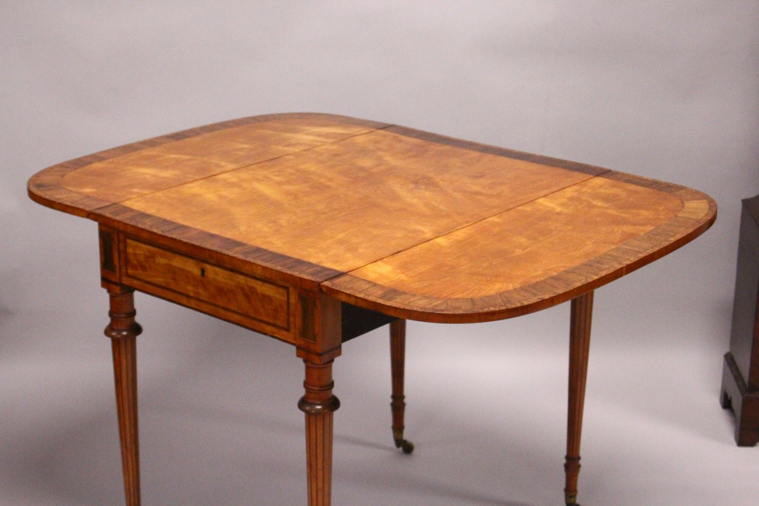 A GOOD EARLY 20TH CENTURY SATINWOOD, ROSEWOOD AND THUYA BANDED PEMBROKE TABLE, with a rounded - Image 16 of 17