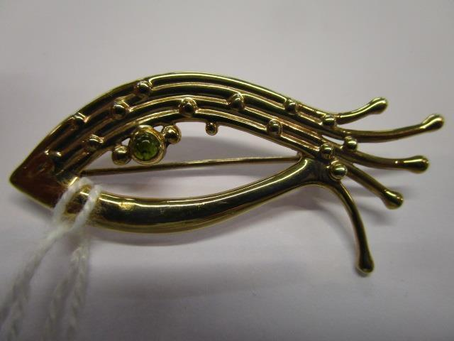 Lot 17 - A 9ct gold and tourmaline brooch in the form of a fish, total weight, 5.64g