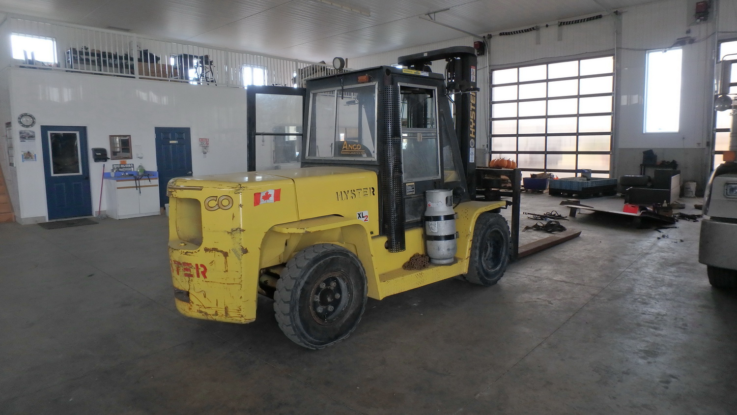 """HYSTER MODEL H155XL PROPANE POWERED ENCLOSED CAB FORKLIFT W/ 14,500LBS CAP., 134"""" LIFT, SIDE SHIFT - Image 3 of 5"""