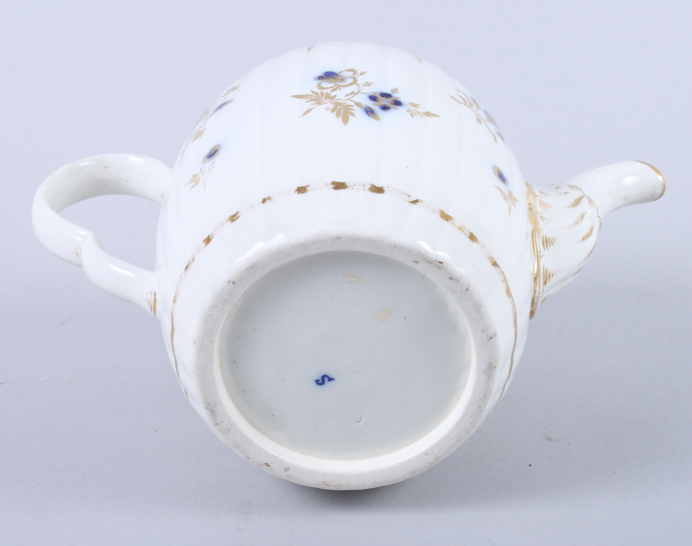 Lot 11 - An early 19th century Caughley teapot with blue and gilt decoration