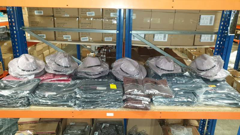Lote 27 - LOT CONTAINING A LARGE QTY OF CLOTHING IN VARIOUS COLOURS / STYLES / SIZES