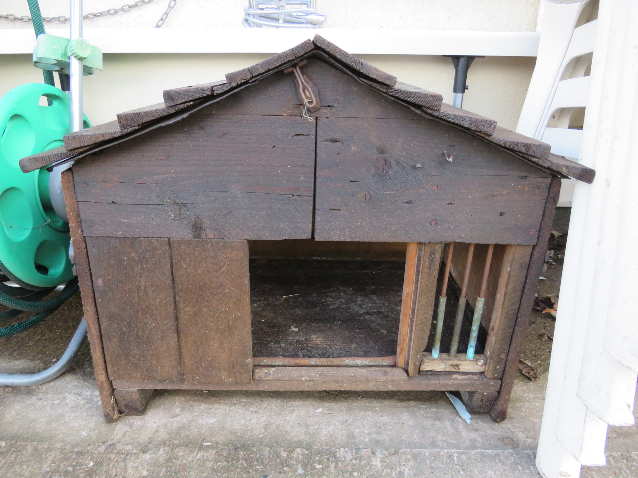 Lot 5 - SMALL WOODEN PET HOUSE
