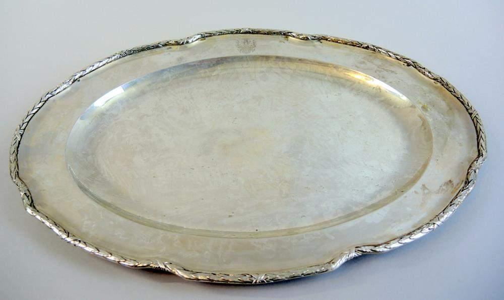 ovale platte mit adelswappen silber 800ovale platte mit adelswappen und kreuzbanddekor silber 8. Black Bedroom Furniture Sets. Home Design Ideas