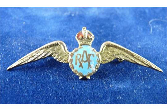 A NINE CARAT GOLD AND ENAMEL RAF WINGS PIN BROOCH, 3 3 grms