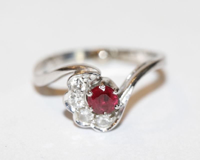 18 k Weißgold Ring mit Rubin und 4 Diamanten, 4,2 gr., Gr. 50, mit Ringverkleinerung