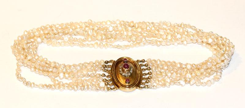 Süßwasser Perlen Kropfband, 7-reihig mit 14 k Gelbgold Schließe, besetzt mit 3 Rubinen und 12