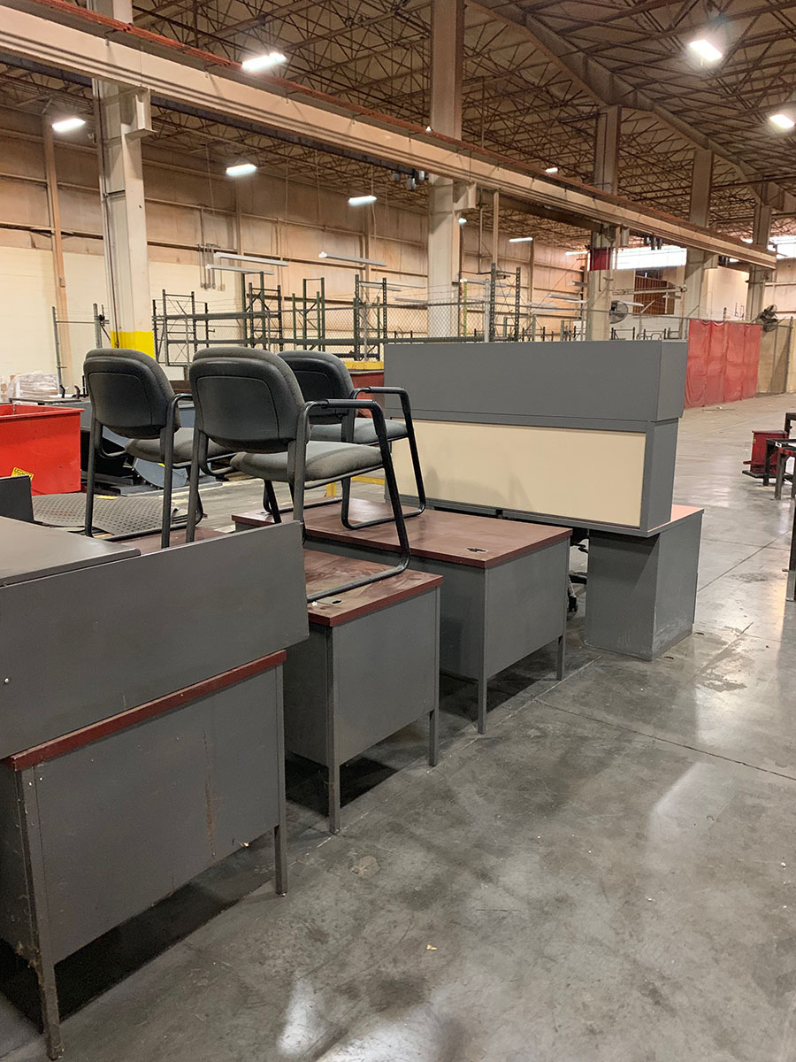 Lot 353 - LOT OF DESK