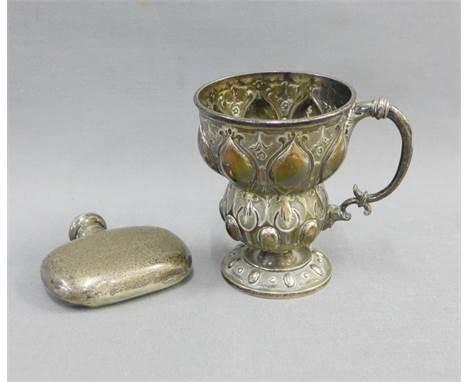 Victorian silver Christening mug, London 1863, 10cm, and an Edwardian silver hip flask, 7cm (2)