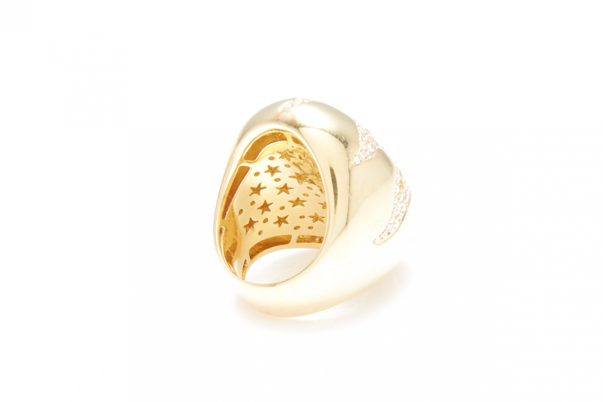 Lot 39 - AN 18K GOLD AND DIAMOND STAR RING