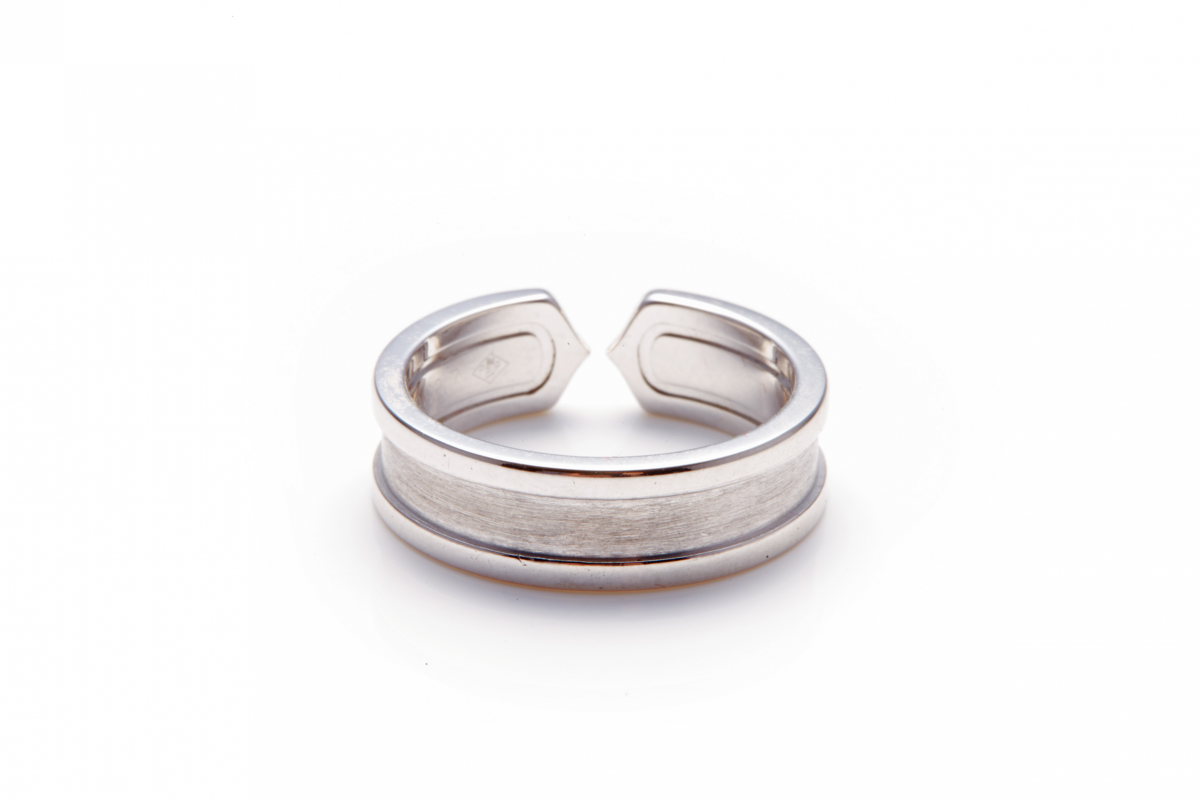 Lot 33 - CARTIER - A 18K WHITE GOLD 'C' RING