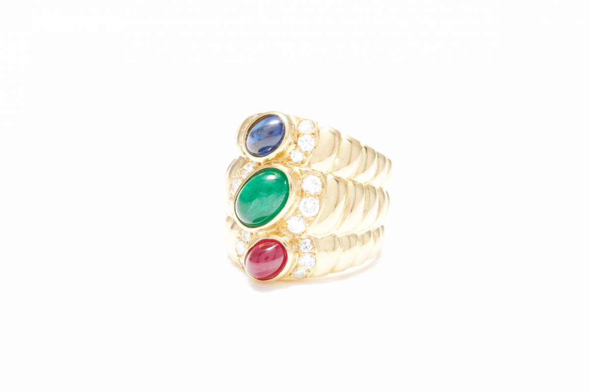 Lot 46 - AN 18K GOLD, EMERALD, RUBY AND SAPPHIRE RING