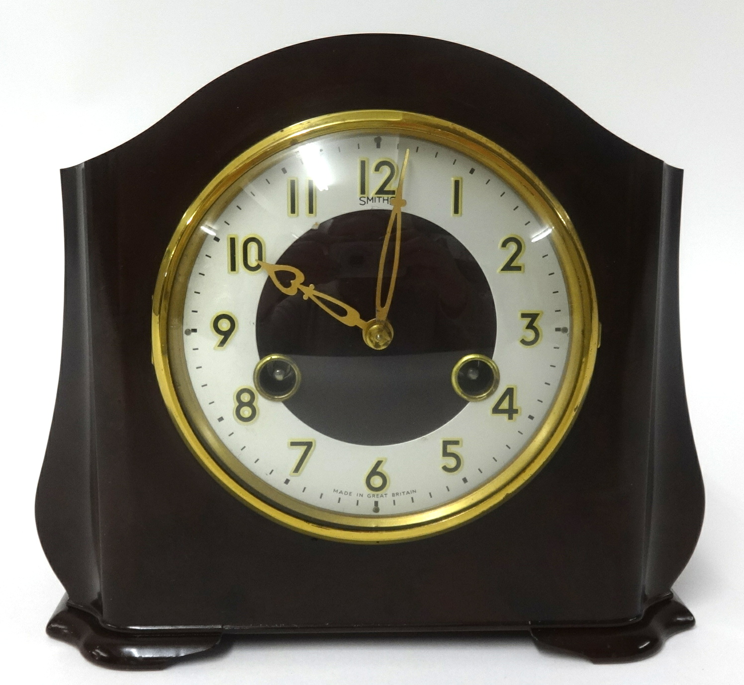 Lot 057 - A Smiths bakelite 8 day mantel clock, height 18.50cm.