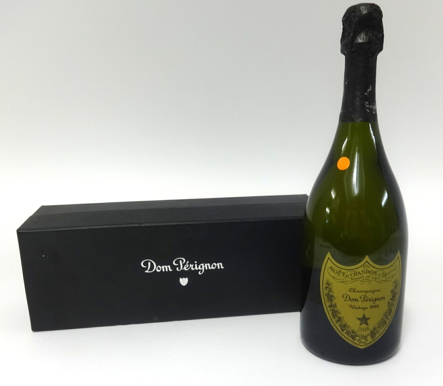 Lot 024 - A vintage 1999 boxed bottle of Dom Perignon.
