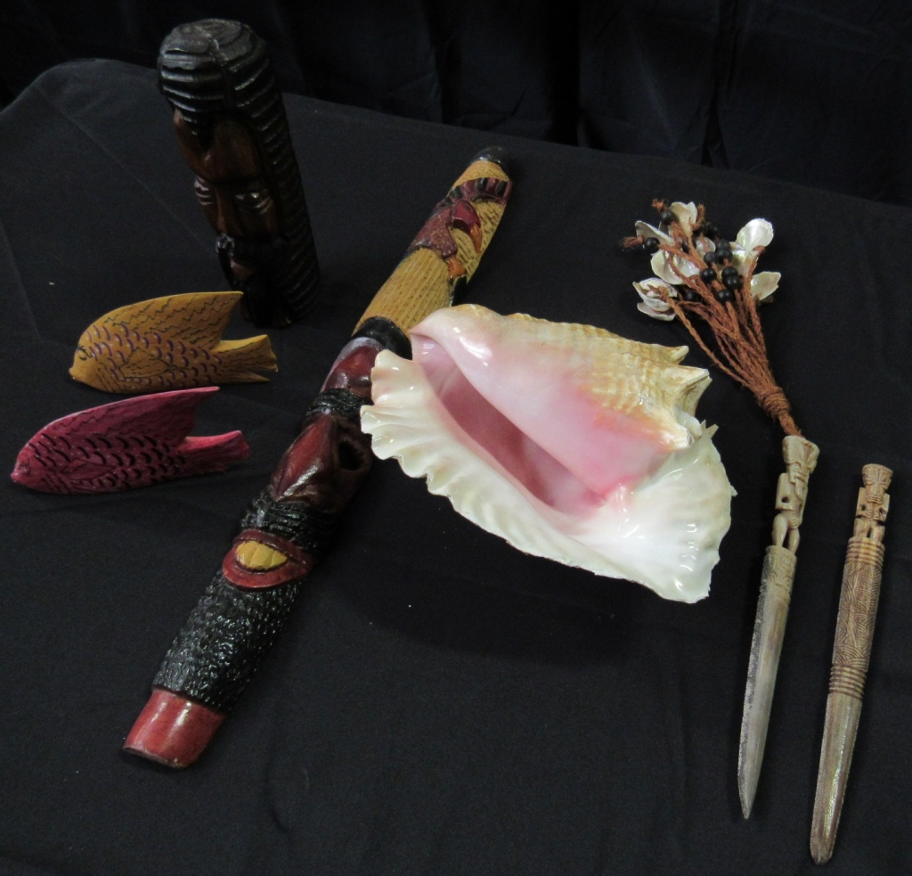 Lot 2016 - CONCH SEA SHELL AND CARVING LOT