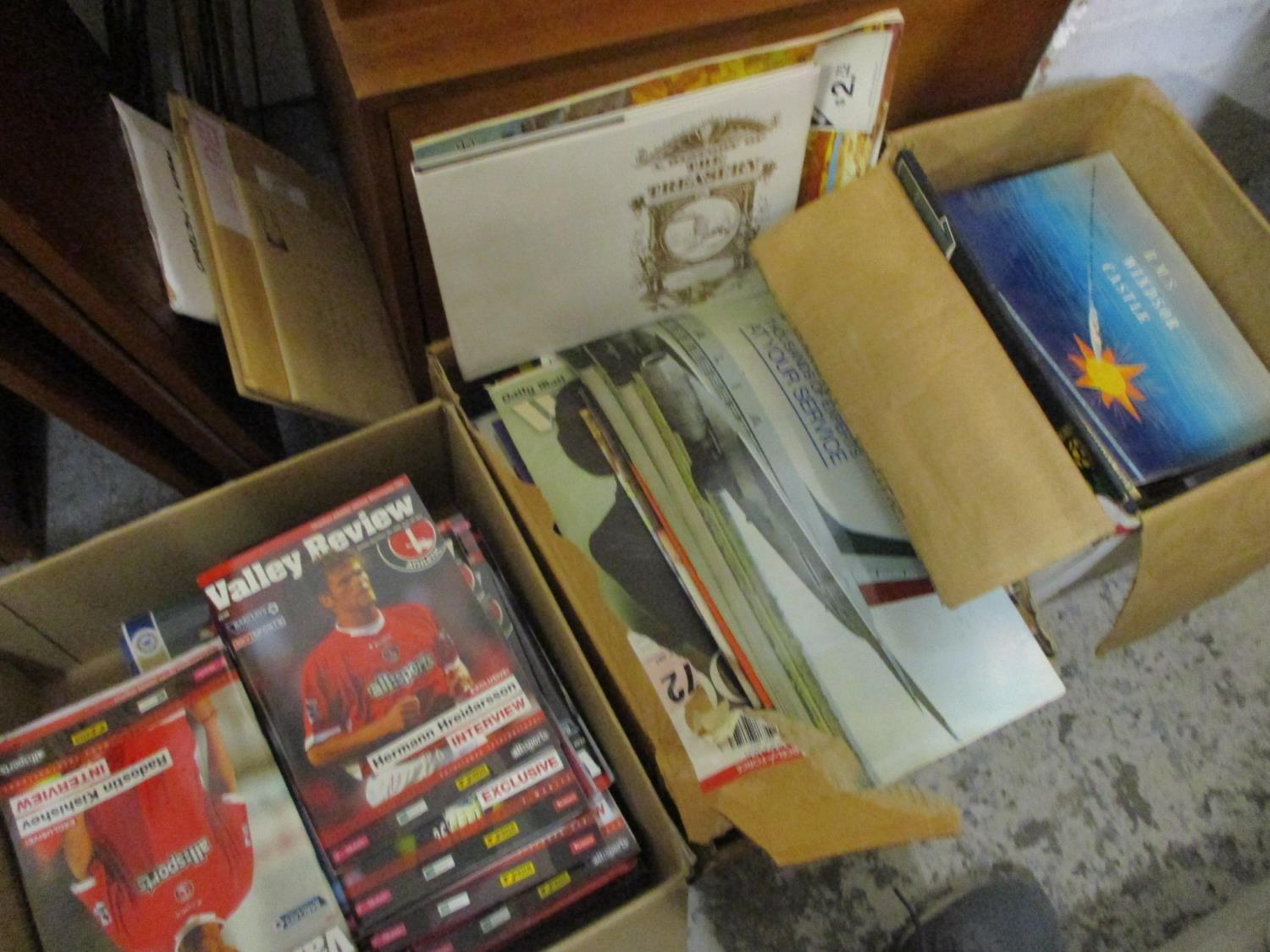 Lot 398 - A selection of ephemera to include football magazines, newspapers and other items