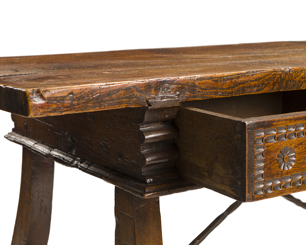 Lot 19 - A Spanish desk