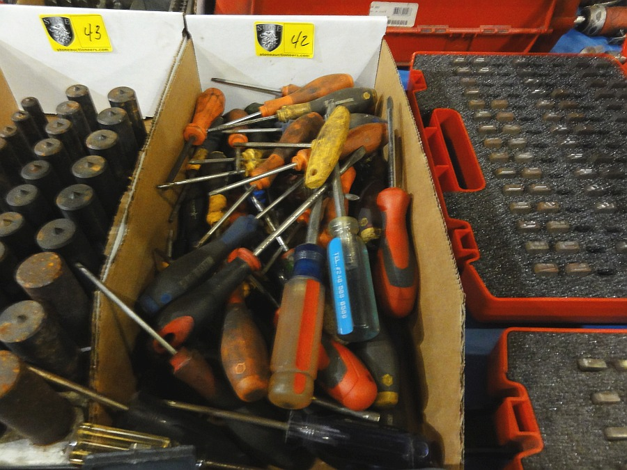 Lot 42 - Lot of Misc Screw Drivers