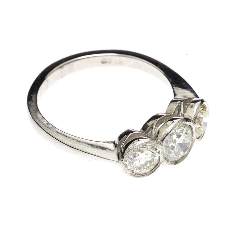 Lot 32 - PLATINUM THREE STONE DIAMOND RING