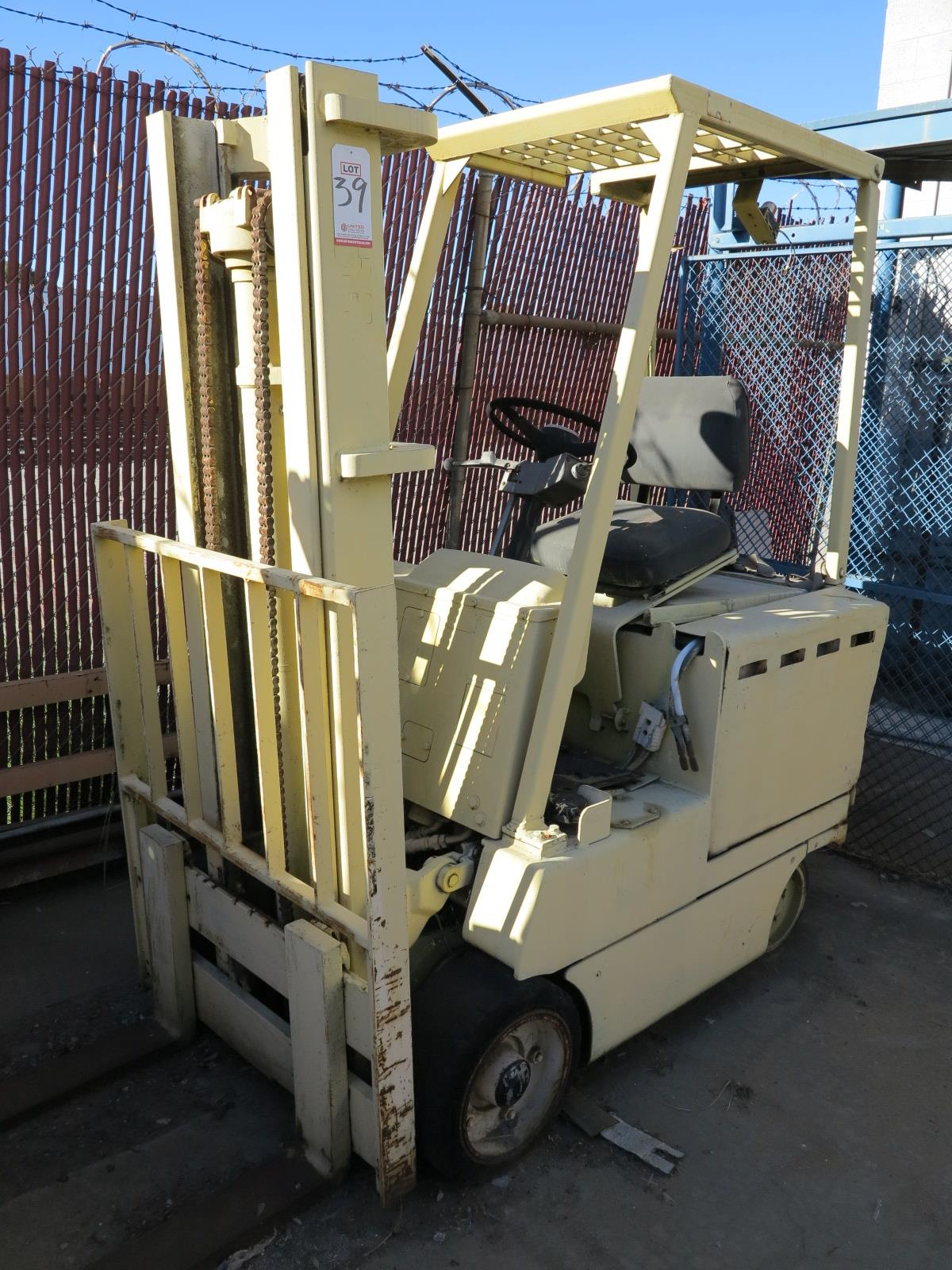 Lot 39 - CLARK ELECTRIC FORKLIFT, OUT OF SERVICE