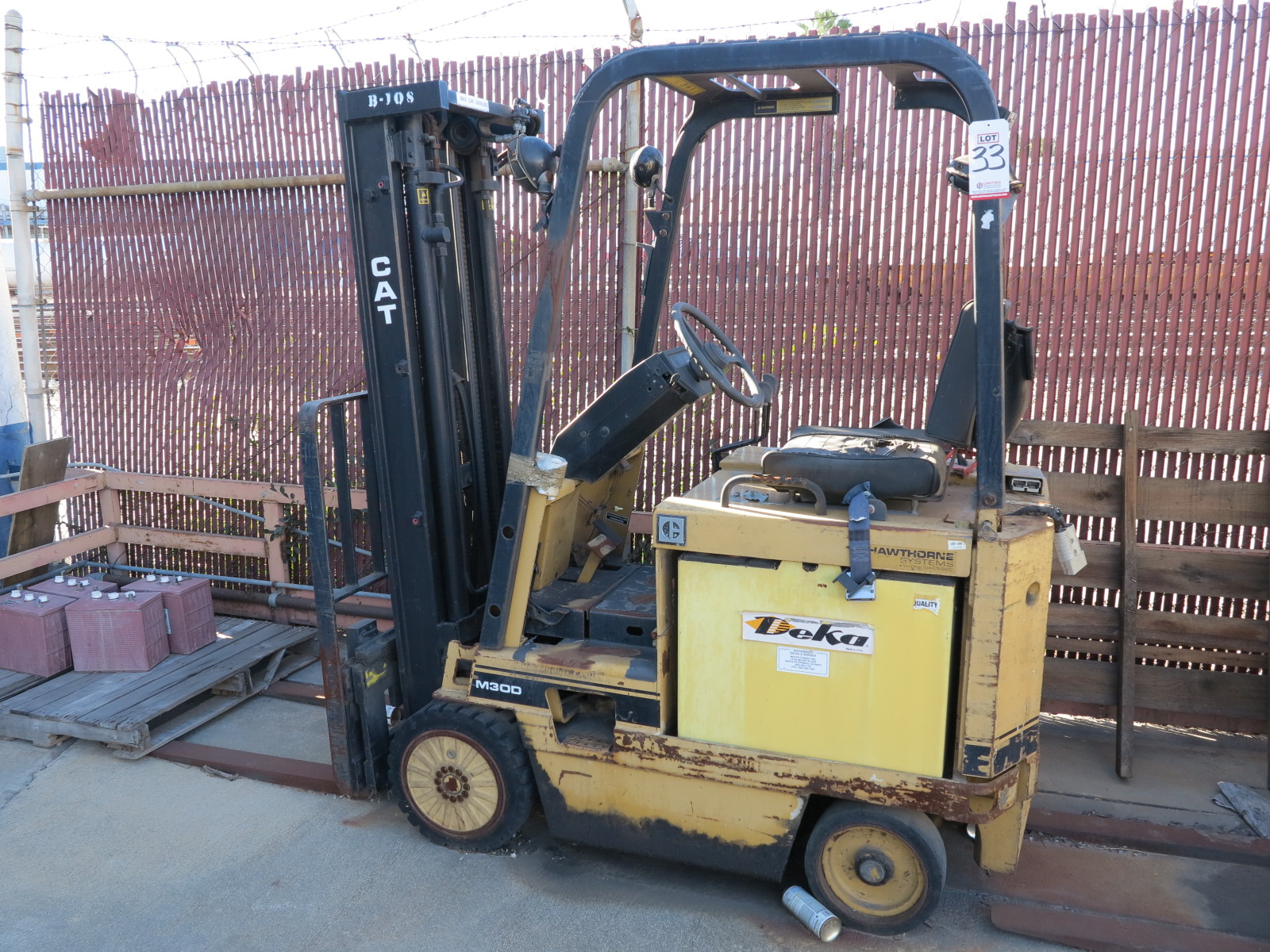 Lot 33 - CATERPILLAR ELECTRIC FORKLIFT, MODEL M30D, 36 V, S/N 970151, 3-STAGE MAST, OUT OF SERVICE