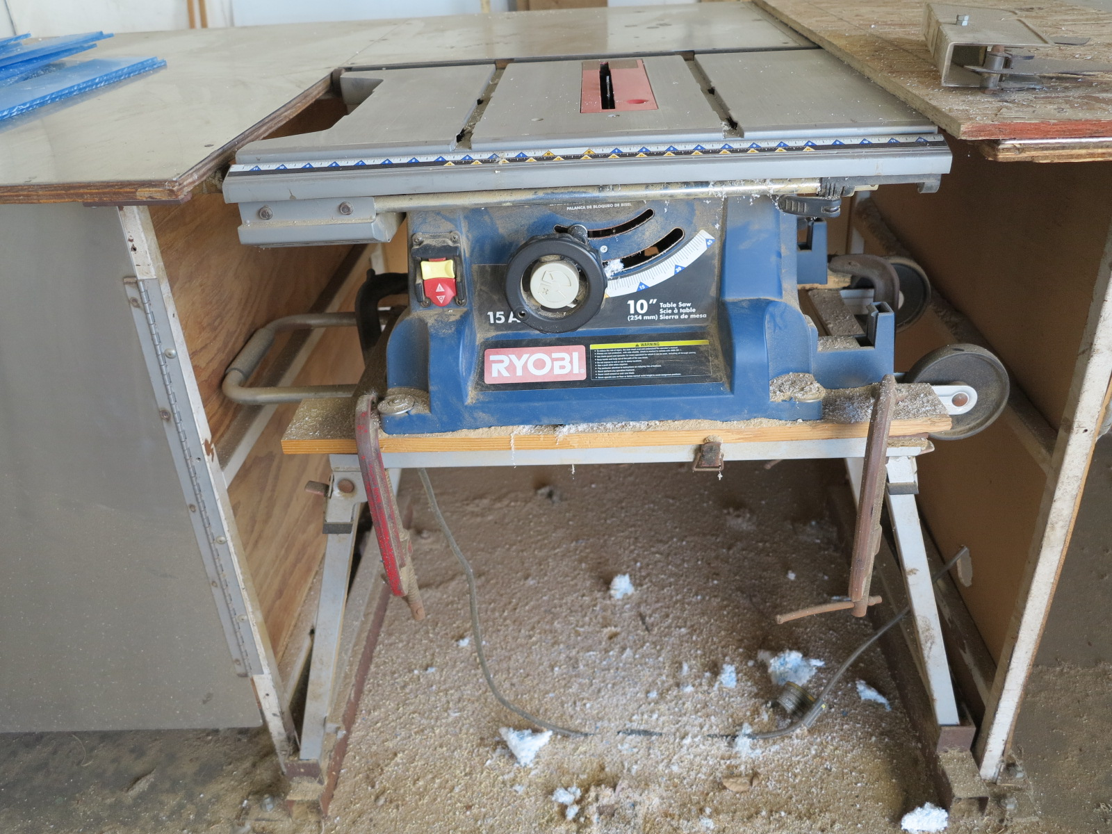 "Lot 29 - RYOBI 10"" TABLE SAW, 15 AMP, W/ EXTRA BLADES"