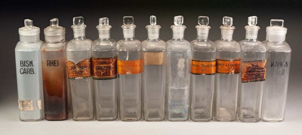 Lot 208 - QUANTITY OF CLEAR AND GREEN GLASS AND OTHER PHARMACY JARS