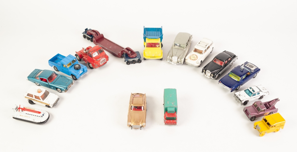 Lot 320 - A DINKY TOYS ROLLS ROYCE PHANTOM V (198) AND A SMALL SELECTION OF CORGI, MATCHBOX AND OTHER DIE CAST