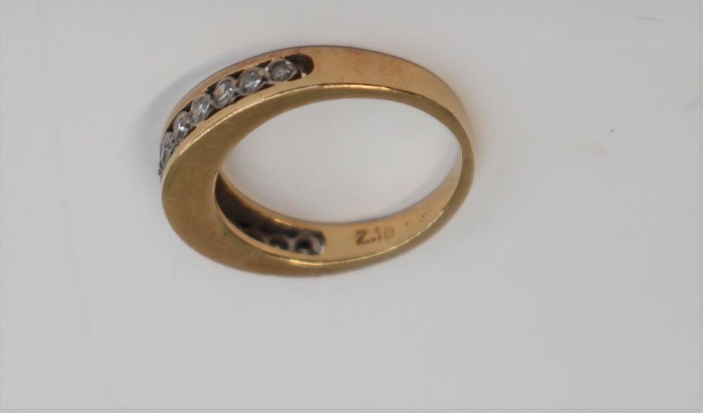 Lot 37 - A diamond half eternity ring,
