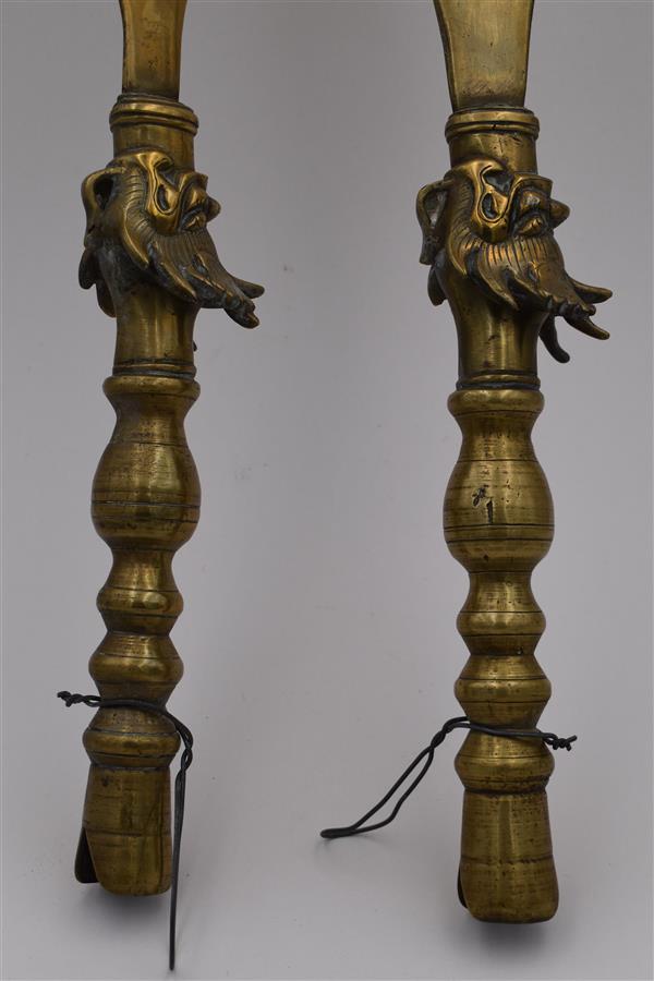 Lot 156 - CHINE 2 hampes en cuivre à têtes de dragon -