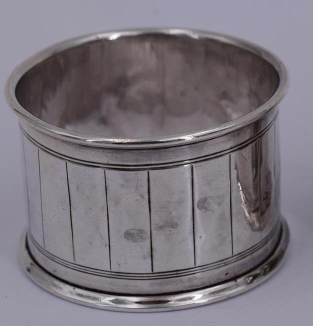 Lot 67 - Paire d'anneaux de serviette en argent à décor géométrique. Epoque ARTDECO. [...]