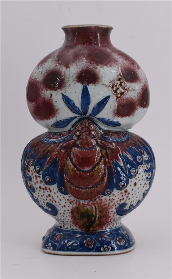 Lot 151 - Chine (porcelaine) Vase double gourde représentant un papillon mangeant une grenade, [...]