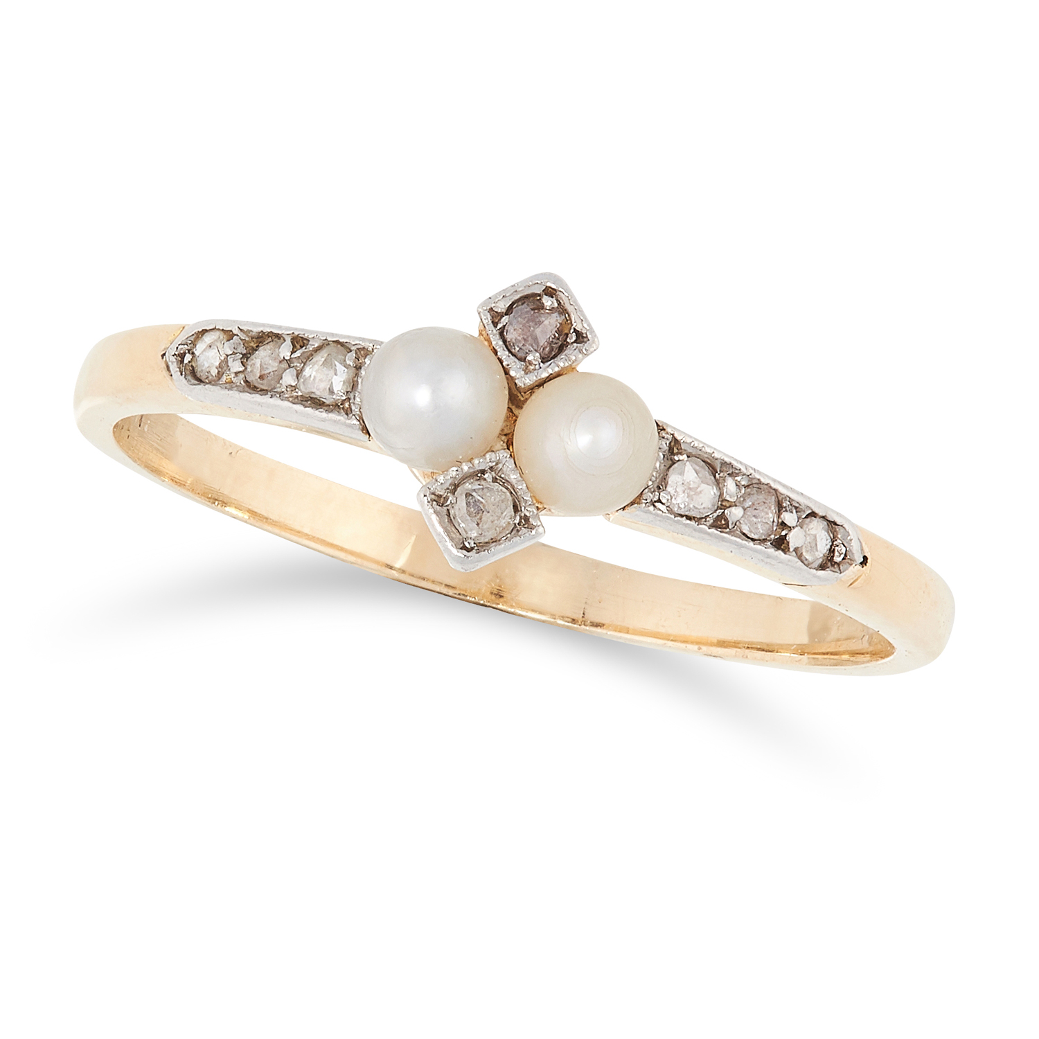 AN ANTIQUE PEARL AND DIAMOND RING in yellow gold, in quatrefoil motif, set with two pearls