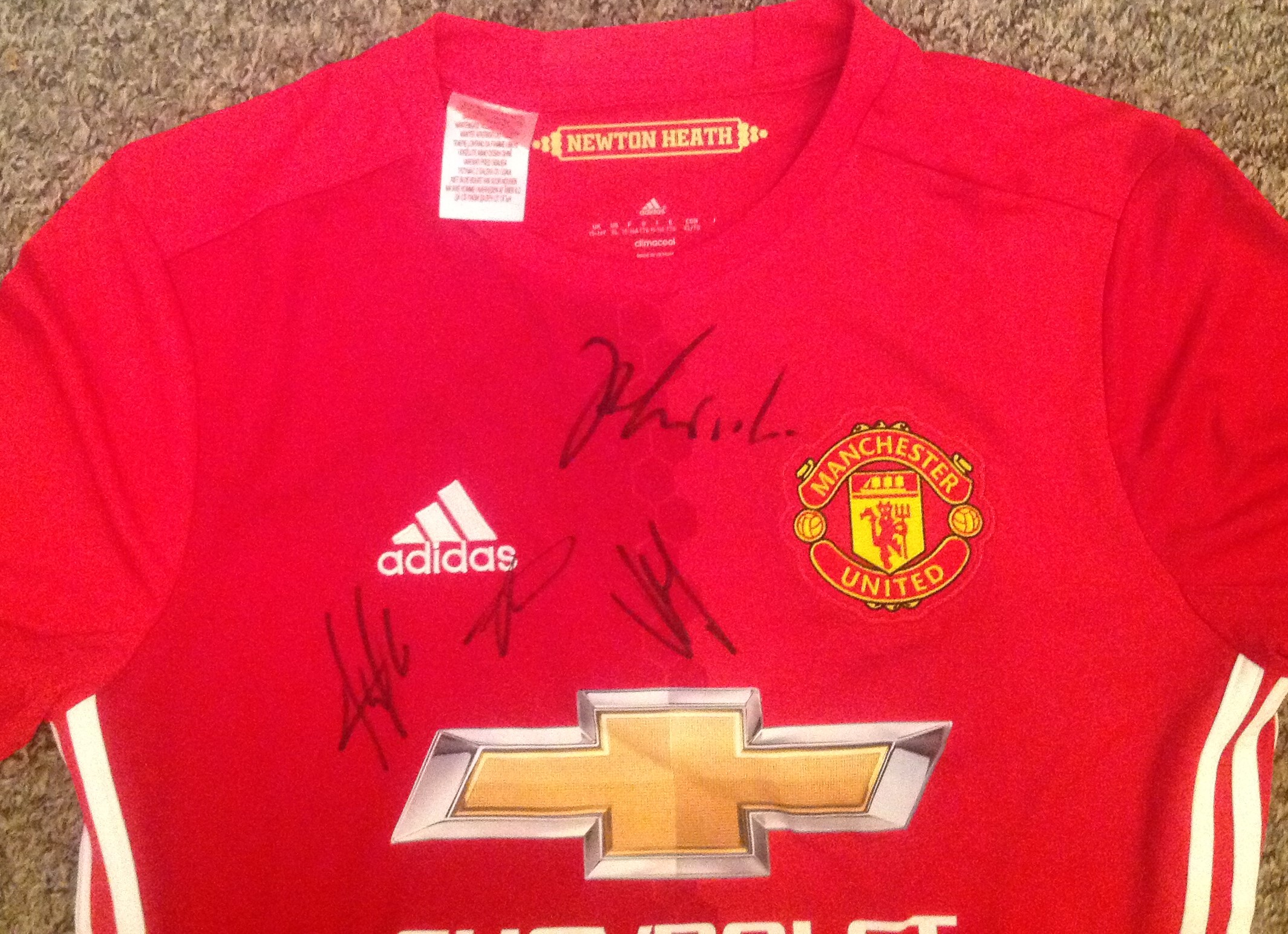 Lot 37 - Football Manchester United signed home replica shirt signed by seventeen current and past squad