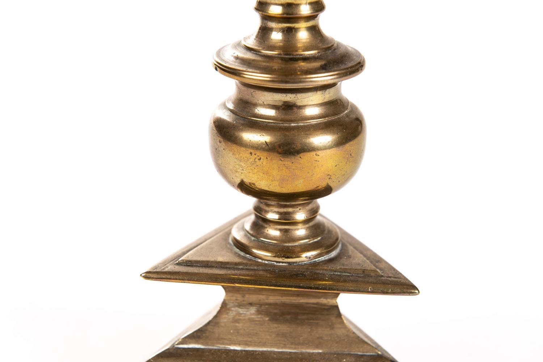 Lot 20 - Pique-cierge d'époque Louis XIV en bronze Fin XVIIe-début XVIIIe H. 31.5x17.5 cm - [...]