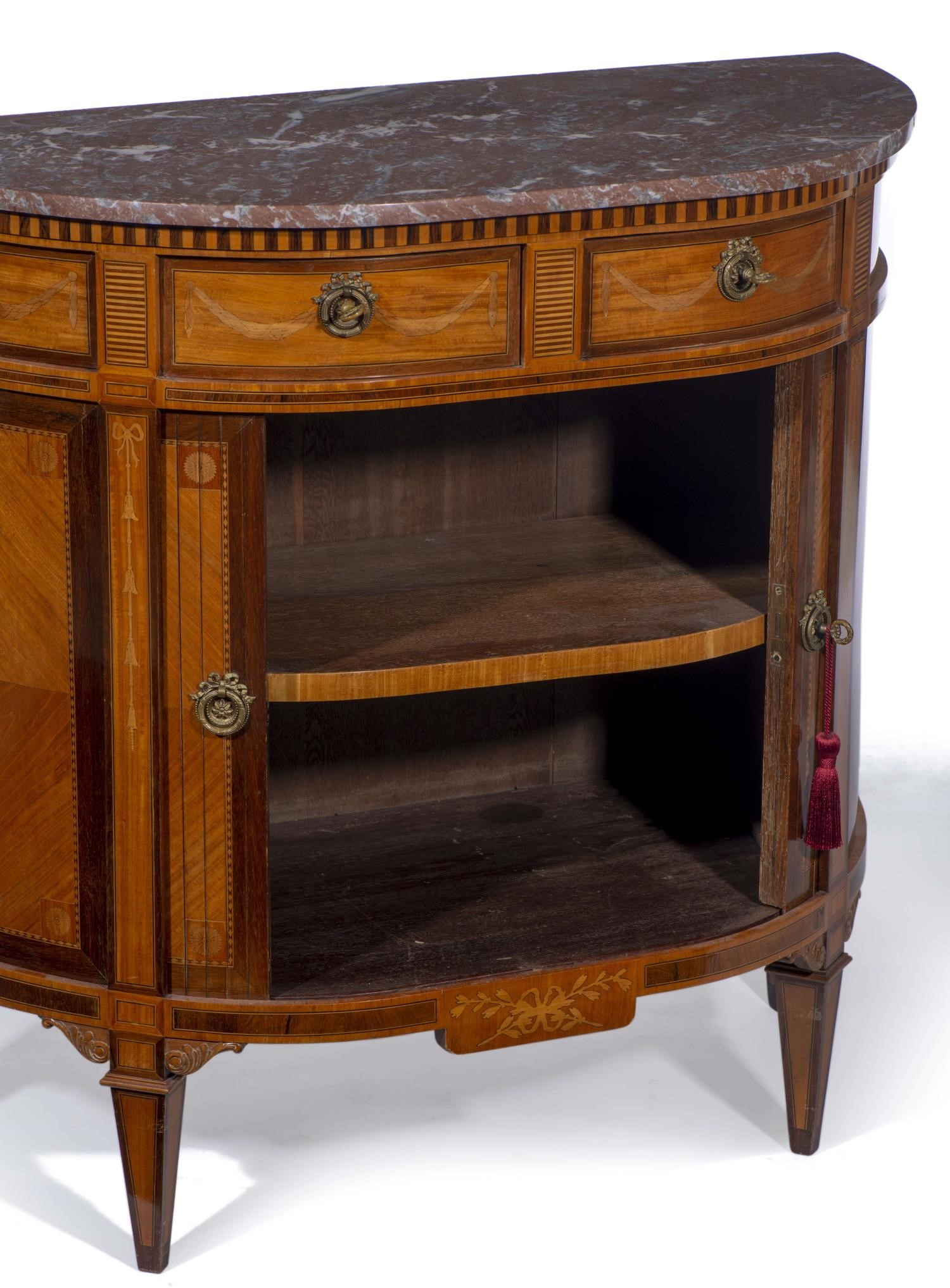 Lot 35 - Desserte de style Louis XVI avec dessus de marbre, à deux tiroirs et deux portes à [...]