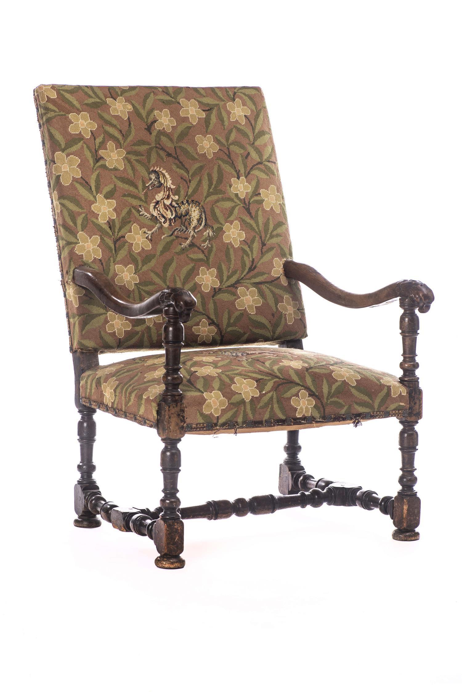 Lot 26 - Fauteuil Louis XIII en bois sculpté à accoudoirs têtes d'aigle, assise et dos [...]