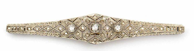Lot 39 - Witgouden staafbroche, Art-Deco,in het midden gezet met drie briljant geslepen diamanten, totaal ca.