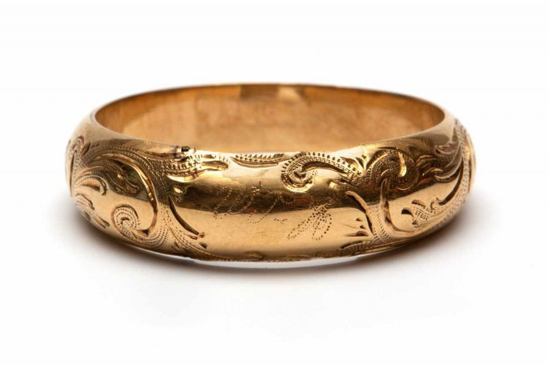 Lot 5 - 14krt. Gouden ring, Biedermeier,gegraveerd met florale motieven. Bovenop een monogram, WTH. In de