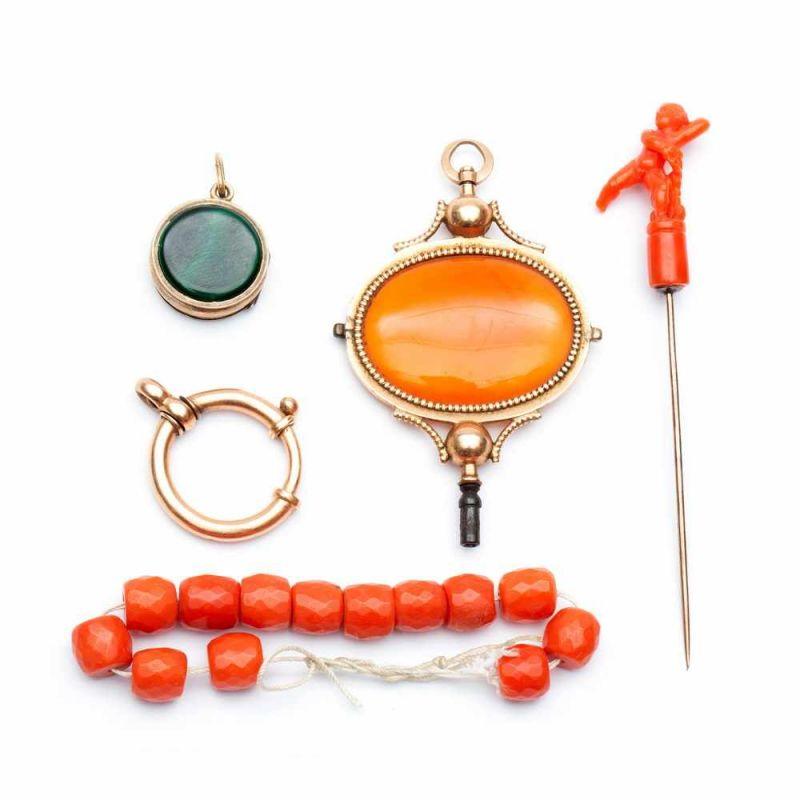 Lot 51 - Gouden horlogesleutel en een revers speld, 19e eeuw,Sleutel gezet met een carneool. Speld met een