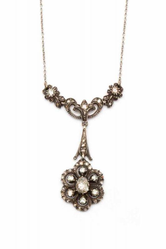 Lot 33 - Zilveren en gouden hanger aan collierOnderaan de hanger een rozet, gezet met roosdiamanten bruto 8,6