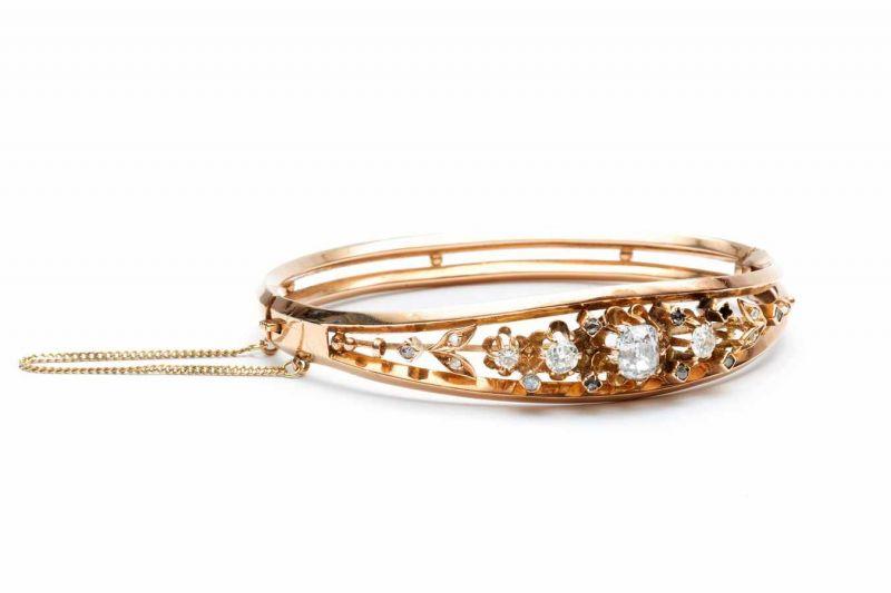Lot 53 - 14krt. Roségouden stijve armbandmiddenstuk met bloemvormen en gezet met oud slijpsel diamanten bruto