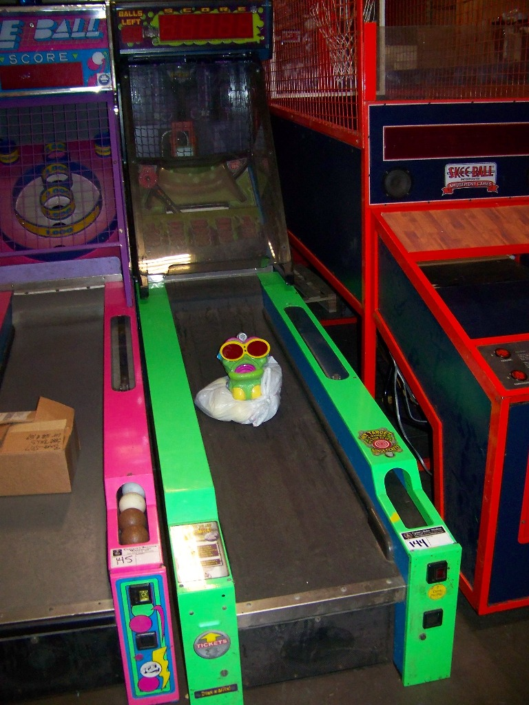 Lot 144 - DUNK N ALIEN ALLEY ROLLER REDEMPTION GAME I.C.E.