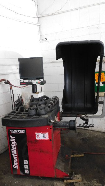 Lot 40 - Hunter Tire Balancer Mdl SW00, w/digital readout