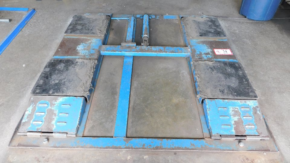 Lot 34 - Hydraulic Floor Lift 4,000LB capacity